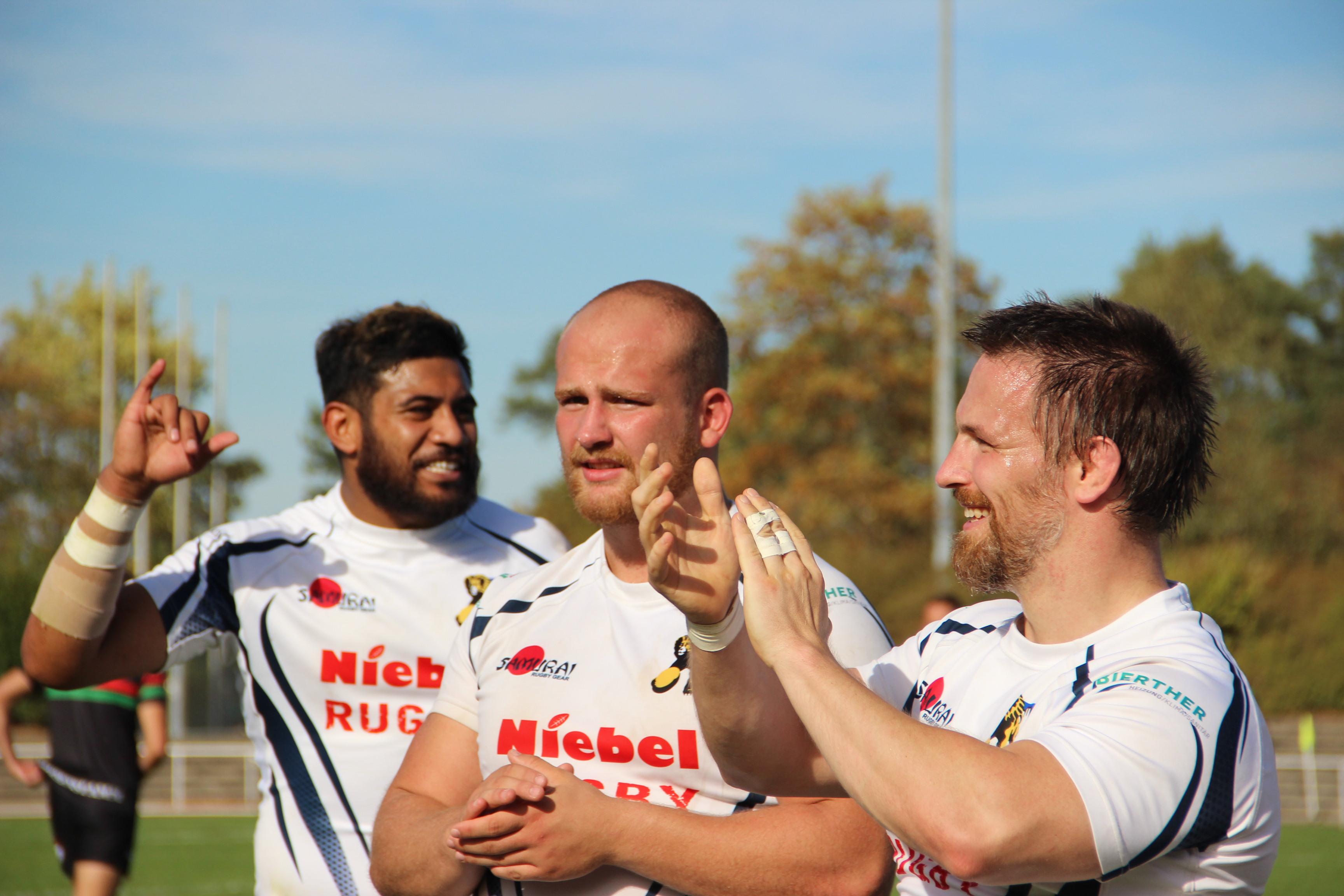 Zufriedene Löwen bedanken sich bei den zahlreich mitgereisten Fans. V.l.n.r.: Atu Katoa, Paul Schüle und Felix Bayer. Foto: Robert Martin.
